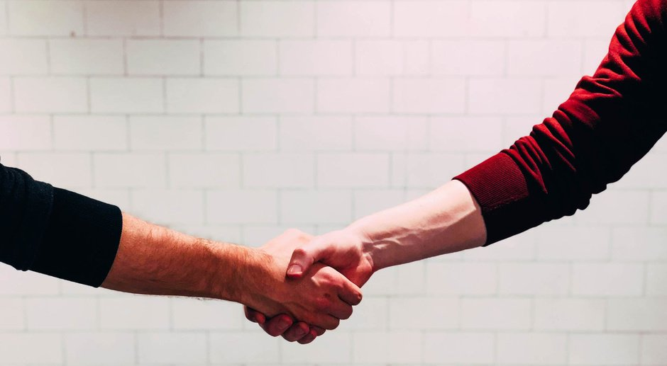 Picture of two persons shaking hands